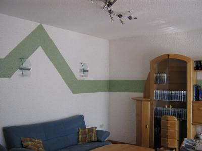 Wohnzimmer Mit Ralleystreifen An Der Wand
